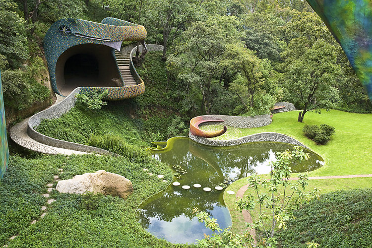 La arquitectura de Javier Senosiaín está pensada para adaptarse al factor humano. Espacios que no desentonan con la topografía sino que funden con ella.