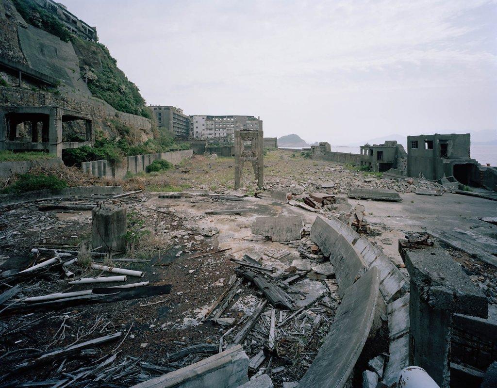 Hashima. Tierra sin raíces. Multitud sin nombre que presagia el apocalipsis de un progreso que nunca fue...