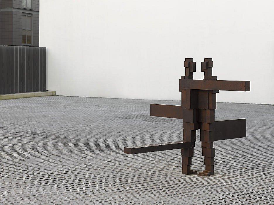 La obra de Antony Gormley resulta inquietante porque cuestiona -sobre todo- lo que hemos hecho del cuerpo. Porque interroga la naturaleza dividida de lo humano.