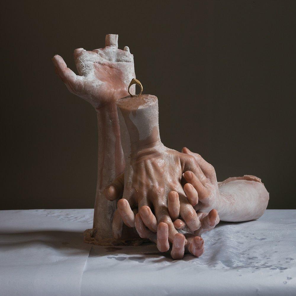 Como en una pesadilla los cuerpos de Sarah Sitkin se deshacen, se agrietan y se parten hasta una multiplicidad aberrante.