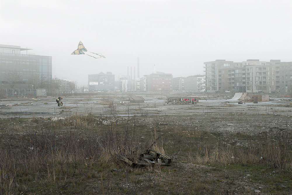 In this mixture of grief and hope, the characters appear on the point of disappearing within the fog that engulfs those urban utopias, considered at the time of construction to be symbols of progress.