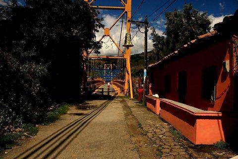 """""""Puente Viejo"""" (La Pintada - Antioquia) sobre el río Cauca - Fotografía de perspectiva y punto de fuga - Fotógrafa: Carolina Villada"""